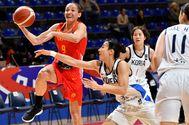 Laia Palau, con el balón ante la coreana Danbi Kim.