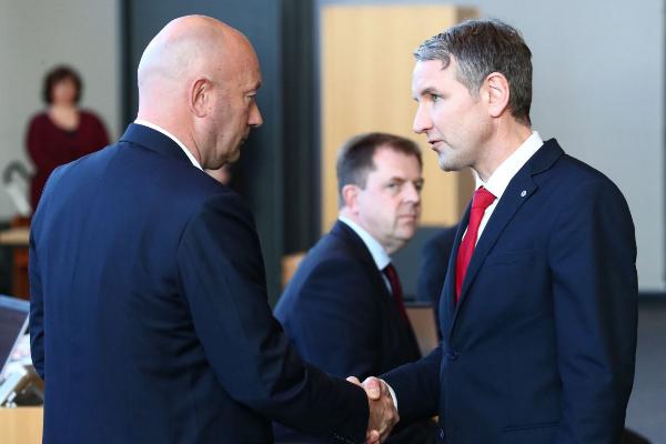 Björn Höcke (D), líder regional de AfD, felicita a Thomas Kemmerich (I) tras su elección, el miércoles en Turingia.
