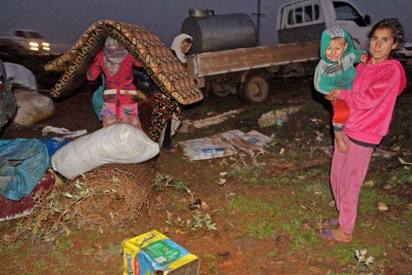 Una familia de desplazados, cerca de Binnish, en la provincia siria de Idlib.