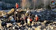Equipos de emergencia trabajando entre los resiudos tras el derrumbe.