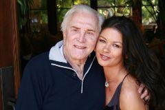 Kirk Douglas y Catherine Zeta-Jones, en una foto compartida por la actriz en su Instagram.