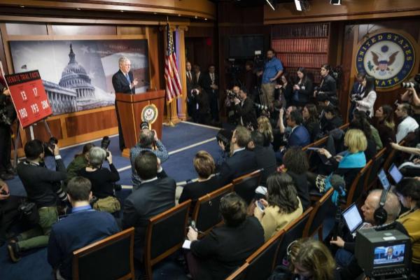 El senador Mitch McConnell en la rueda de prensa tras el 'impeachment'...