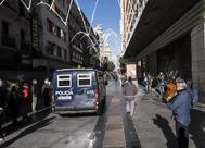 Un furgón de Policía Nacional en la calle Preciados.