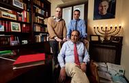 José María (sentado), Fernando (izquierda) y Rubén, en el bufete que abrió su padre en San Sebastián. Al fondo, un retrato suyo. CARLOS GARCÍA POZO