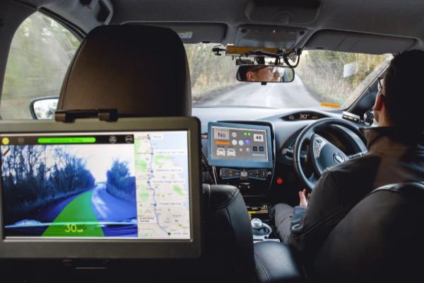 Interior del Nissan Leaf, con las pantallas que supervisan el trayecto