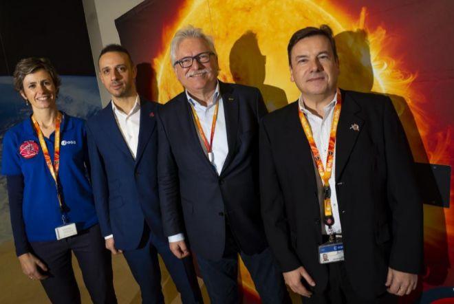 Anik De Groof, Yannis Zouganelis, Günter Hasinger y Luis Sanchez, en el Centro de Astronomía de la ESA (ESAC)