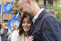 García Aguado, con Isabel Díaz Ayuso, en campaña electoral.
