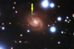 El punto del que procede la ráfaga FRB180916 en una galaxia espiral.