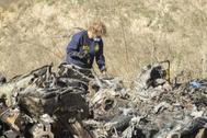 Un trabajador de la NTSB inspecciona el helicóptero.