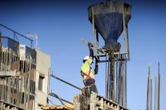 Un operario durante los trabajos de construcción de una gran obra en Sevilla.