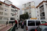 Policías nacionales buscan casquillos de balas del tiroteo entre clanes en el barrio malagueño de Palma Palmilla.