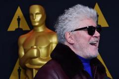 Pedro Almodóvar posa con una reproducción del premio Oscar.