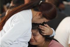 Familiares de víctimas en el ataque al centro comercial en Nakhon Ratchasima.