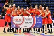 Las jugadoras de la selección celebran su clasificación para los Juegos, en Belgrado.