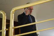 Alfonso Alonso, líder del PP vasco, charlando por teléfono en el Parlamento vasco.