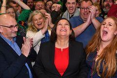 Mary Lou McDonald, líder del Sinn Fein, celebra, rodeada de simpatizantes, los buenos resultados electorales.