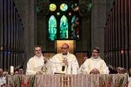 El cardenal-arzobispo de Barcelona Juan José Omella oficia una eucaristía en la basílica de la Sagrada Familia.