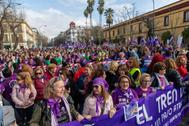 Manifestantes este domingo en Sevilla protestan por el reparto de ayudas del IAM.