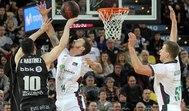 GRAF7225. BILBAO.- El escolta del Retabet Bilbao Basket Rafa Martínez (i) lanza a canasta ante el base estadounidense Josh Adams (c) y el pívot ucraniano Volodymir Gerun, ambos del lt;HIT gt;Unicaja lt;/HIT gt; de Málaga durante el partido de la Liga Endesa que se disputa este sábado en el Bilbao Arena .