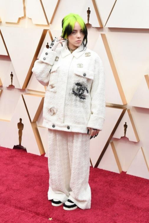 Billie con traje y joyas de Chanel, en la alfombra roja de los Oscar