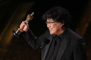 Bong Joon-ho, director de 'Parásitos', con el Oscar a mejor guión original.