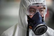 Un hombre desinfecta un avión ante la epidemia de Coronavirus