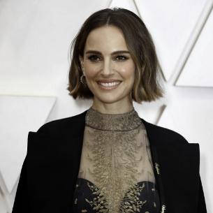 Natalie Portman con su capa y vestido de Dior. El gesto feminista de los OScar 2020