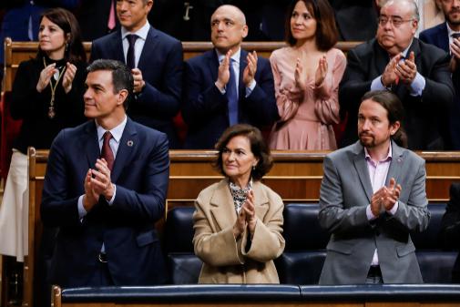 Pablo Iglesias aplaude al Rey en el Congreso.