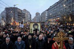 Ortodoxos serbios marchan contra la ley que nacionaliza los bienes de la Iglesia ortodoxa, en Belgrado.