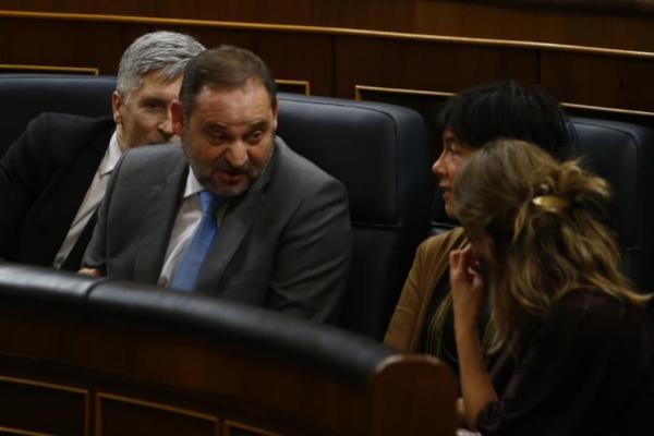 El ministro de Transportes, José Luis Ábalos, conversa con las...