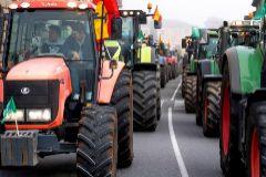Caravana de tractores en Toledo para protestar por la crisis del campo.