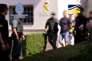 Los agentes, durante la detención de uno de los miembros de la organización.