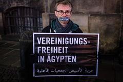 Un joven reivindica la libertad de asociación en Egipto, en un acto, en Alemania.