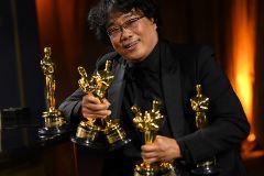 Bong Joo Ho con su colección de Oscar.