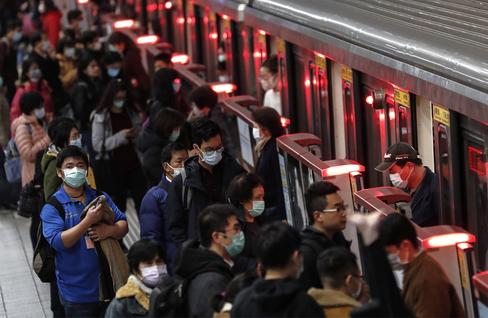Una multitud en el metro de Taipei (Taiwán) vistiendo mascarillas.