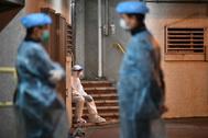 Personal médico visita un edificio residencial tras la confirmación de dos casos de coronavirus entre los vecinos.