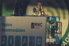 Un empleado del Mobile World Congress (MWC), en las instalaciones de la Fira de Barcelona.