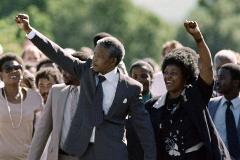 Nelson Mandela sale de prisión junto a su mujer Winnie en Paarl (Sudáfrica).