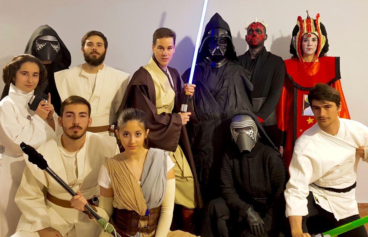Isaac Pérez y sus alumnos ataviados como personajes de La Guerra de las Galaxias. / ISAAC PÉREZ