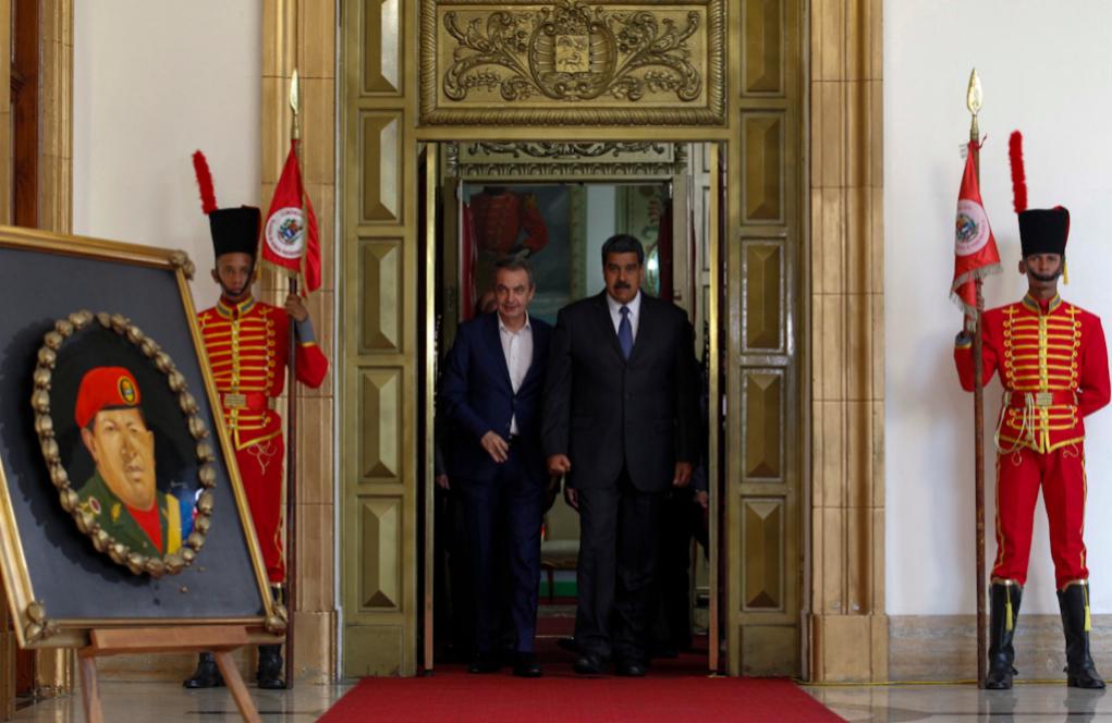 José Luis Rodríguez Zapatero (izqda.) y Nicolás Maduro, ante un...