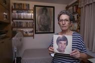 Antonia Guevara, la madre del 'Niño pintor' de Málaga, con una foto de su hijo.