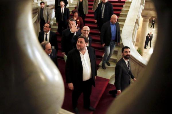 El presidente del Parlament, Roger Torrent (primero por la izqda.),...