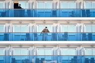 -FOTODELDÍA- FRA01. YOKOHAMA (JAPÓN).- Varios pasajeros del crucero lt;HIT gt;Diamond lt;/HIT gt; lt;HIT gt;Princess lt;/HIT gt; esperan su desembarco en los balcones de la nave en la terminal de cruceros Daikoku de Yokohama (Japón), este martes. Japón dejará que los pasajeros de mayor edad y lo que sufran enfermedades crónicas abandonen pronto el crucero que permanece amarrado en Yokohama y el que se han detectado 135 contagiados por el coronavirus, informó hoy una fuente cercana al asunto a la agencia Kyodo.