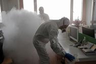 Desinfección de una oficina en Shanghai.