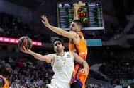 El alero del Valencia Basket Alberto Abalde (d) defiende al base del Real Madrid Facundo Campazzo