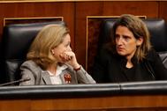 La vicepresidenta tercera y ministra de Economía, Nadia Calviño (i) conversa con la vicepresidenta y ministra para la Transición Ecológica Teresa Ribera