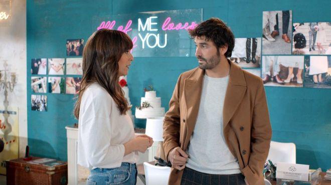 Carlos (Álex García) contrata a Marina (Belén Cuesta) para que organice su boda.