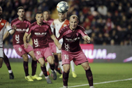 Zozulia intenta golpear el balón en el Rayo - Albacete.