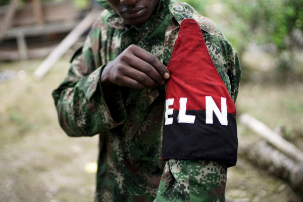 Un miembro del ELN muestra su brazalete.