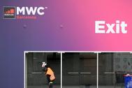 Un trabajador en las instalaciones del Mobile World Congress (MWC), en la Fira de Barcelona.
